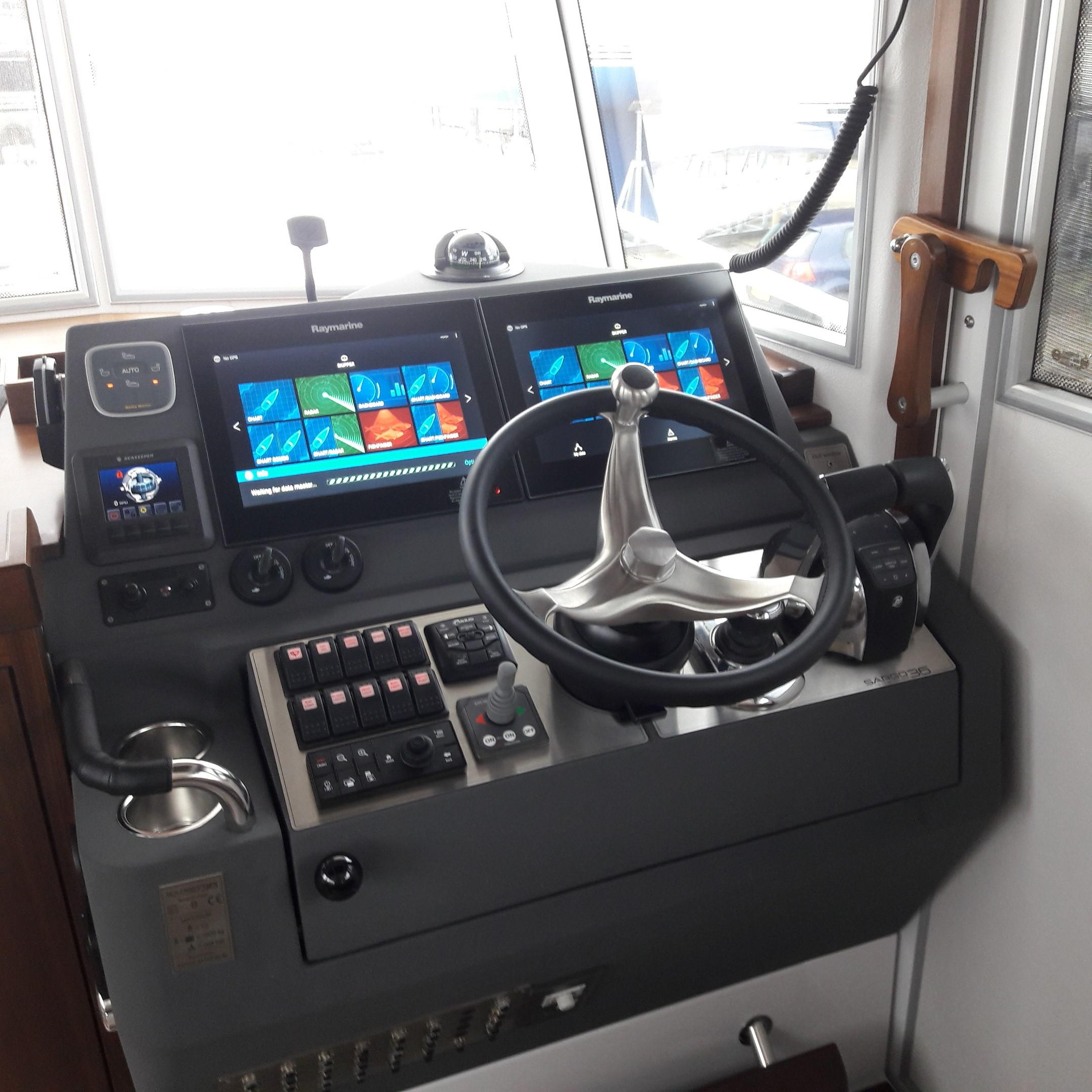 Sargo 36 Fly helm station