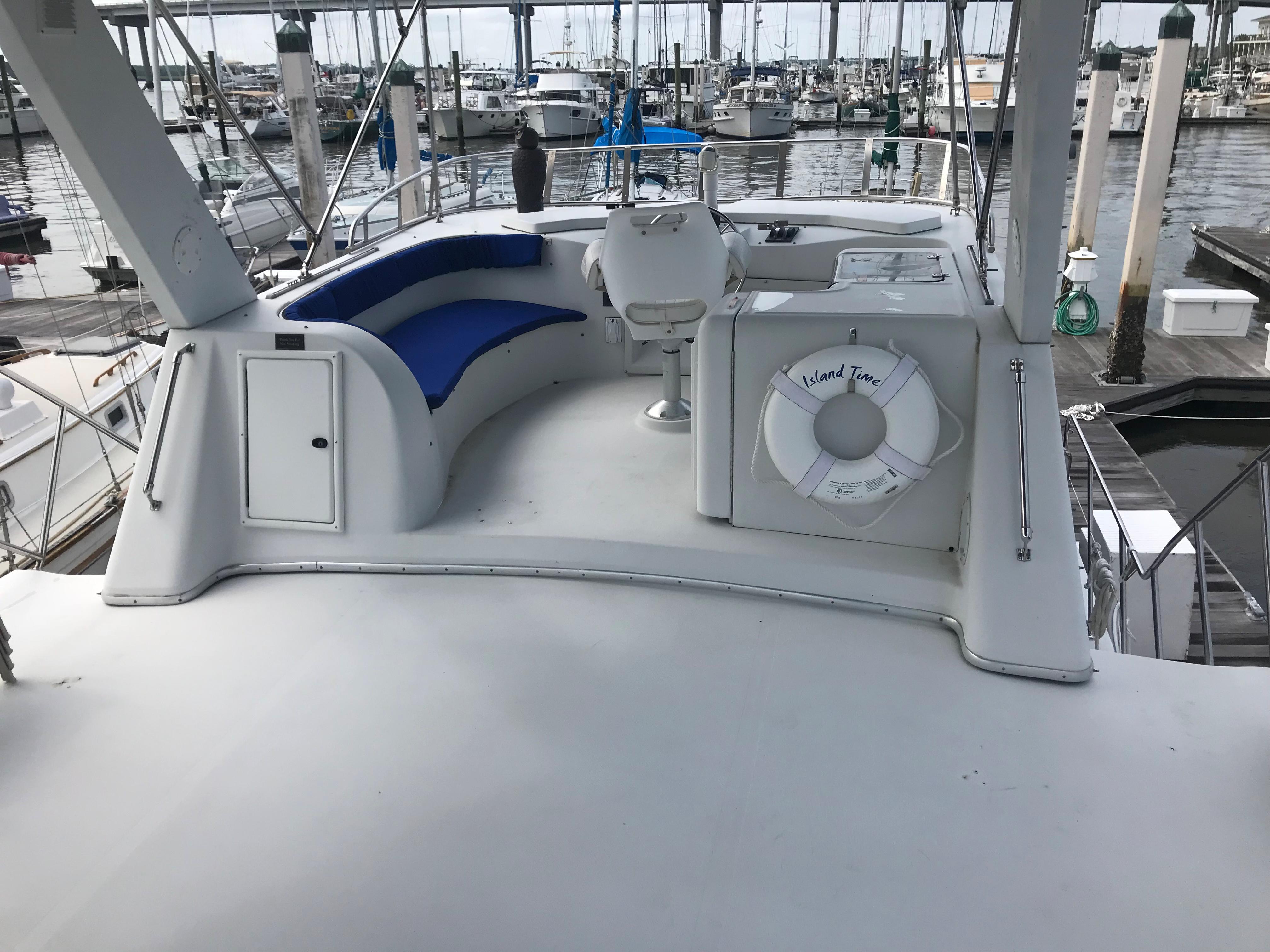 Bluewater Yachts 48 Houseboat - Flybridge