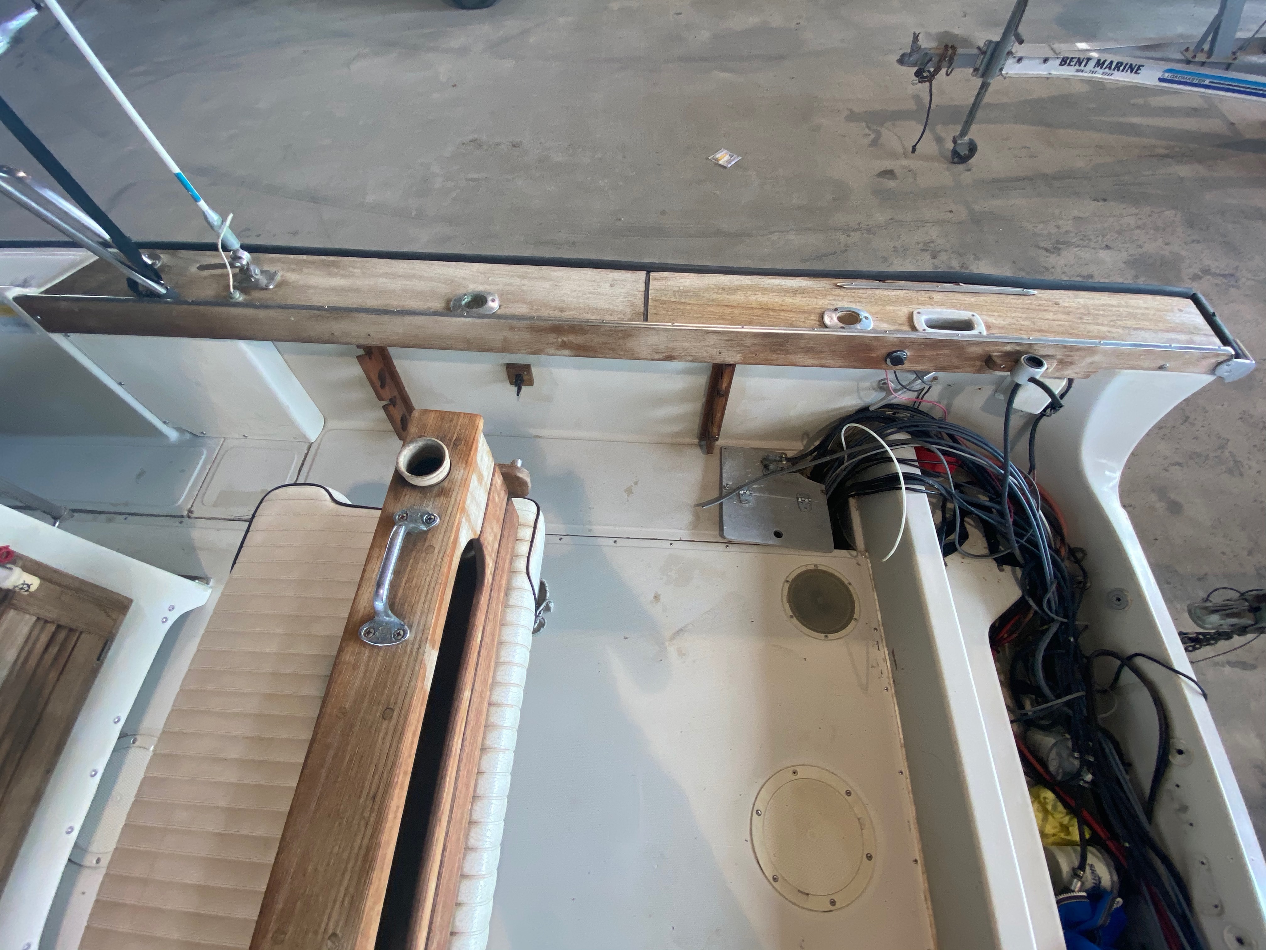 1989 Boston Whaler boat for sale, model of the boat is Outrage 20 (HULL & TRAILER) & Image # 4 of 8