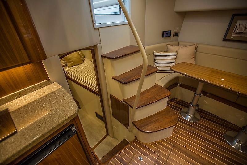 2015 Viking 42 Open, salon picture 3