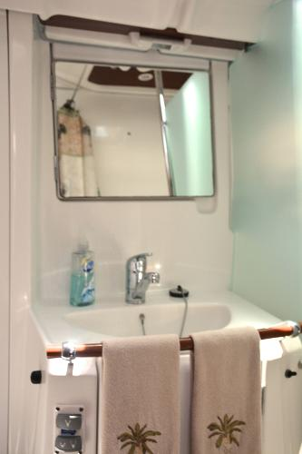 Great Vanity With Large Mirror
