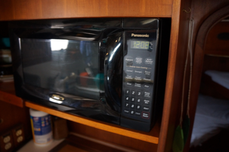 Marine Trader 43 LaBelle Trawler - microwave