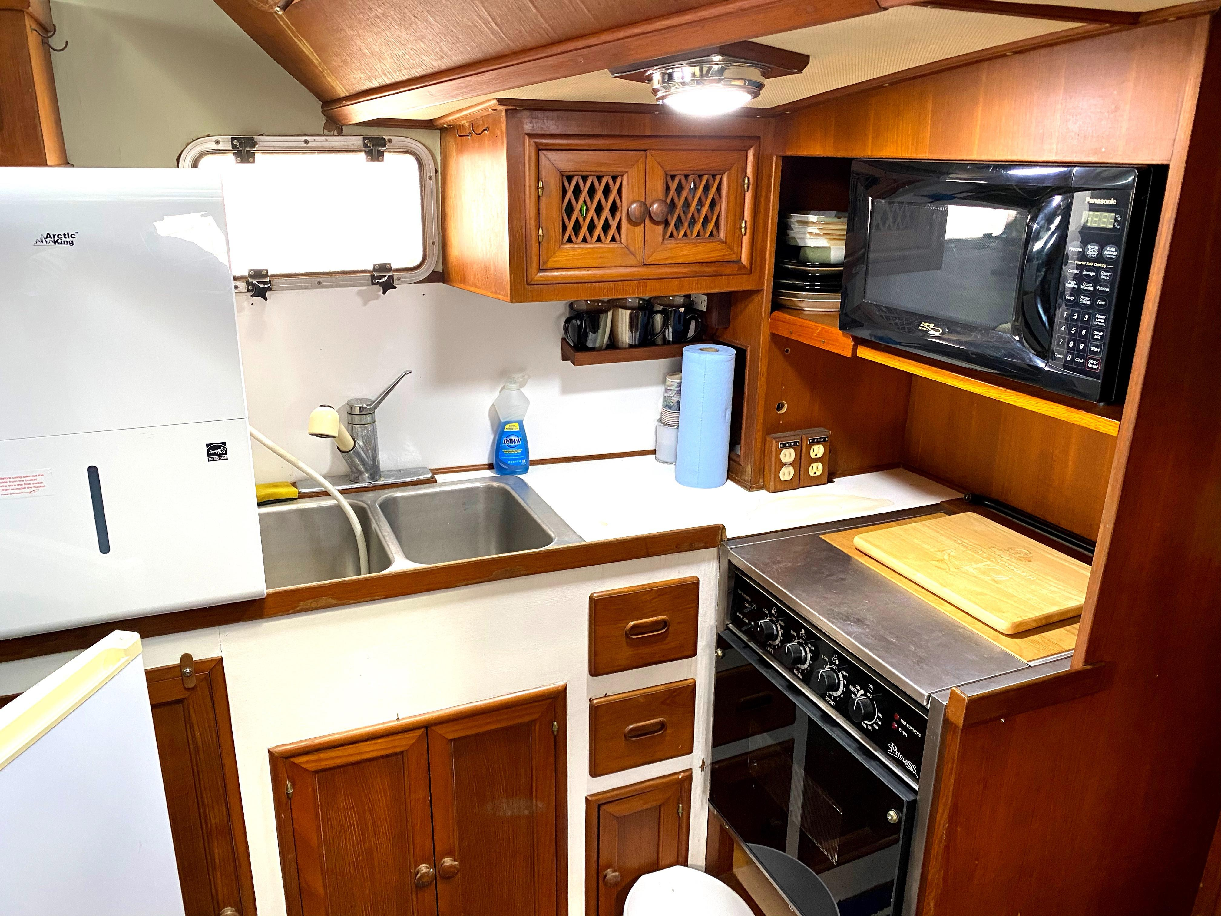 Marine Trader 43 LaBelle Trawler - well appointed galley