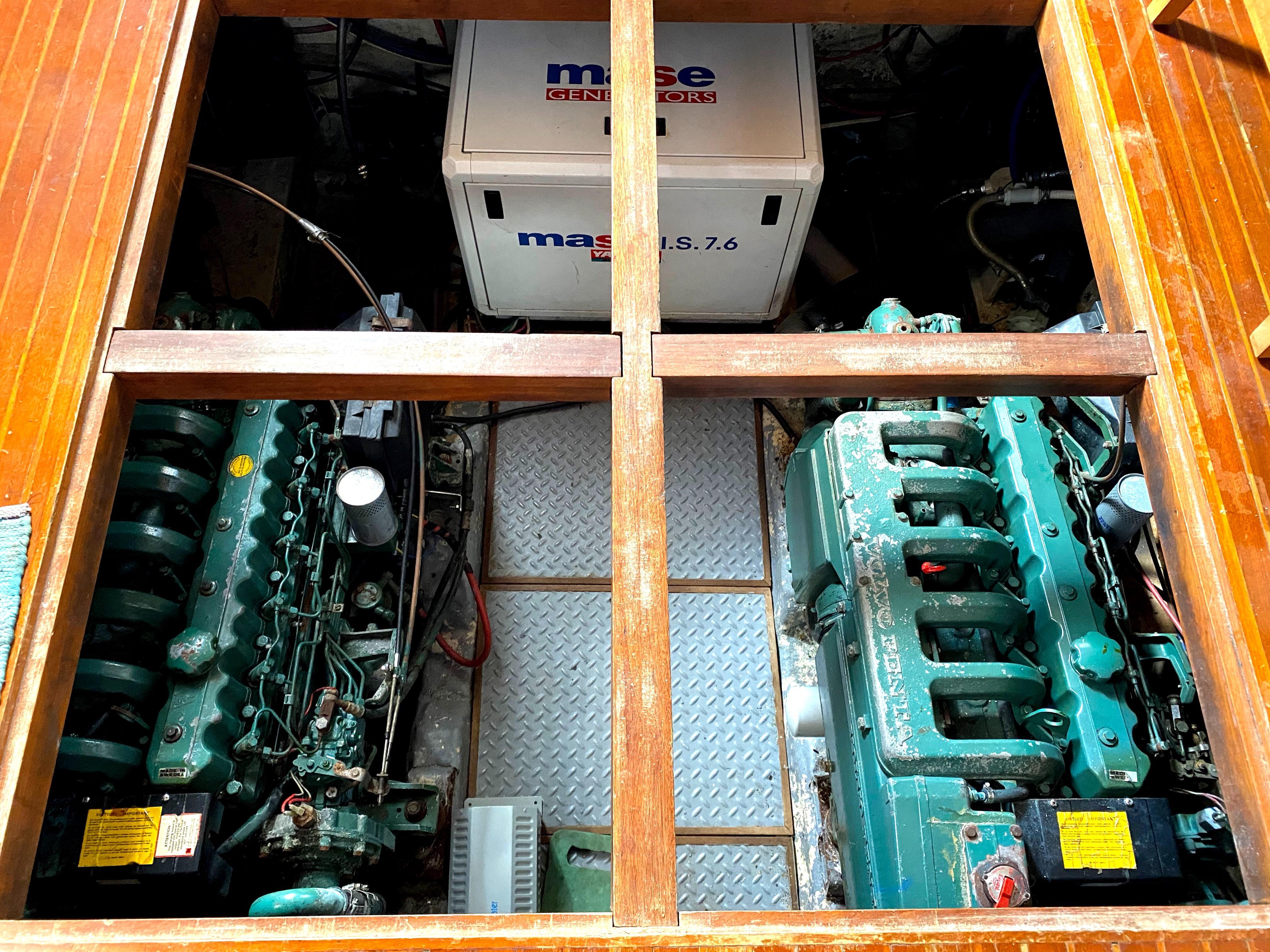 Marine Trader 43 LaBelle Trawler - engine room access