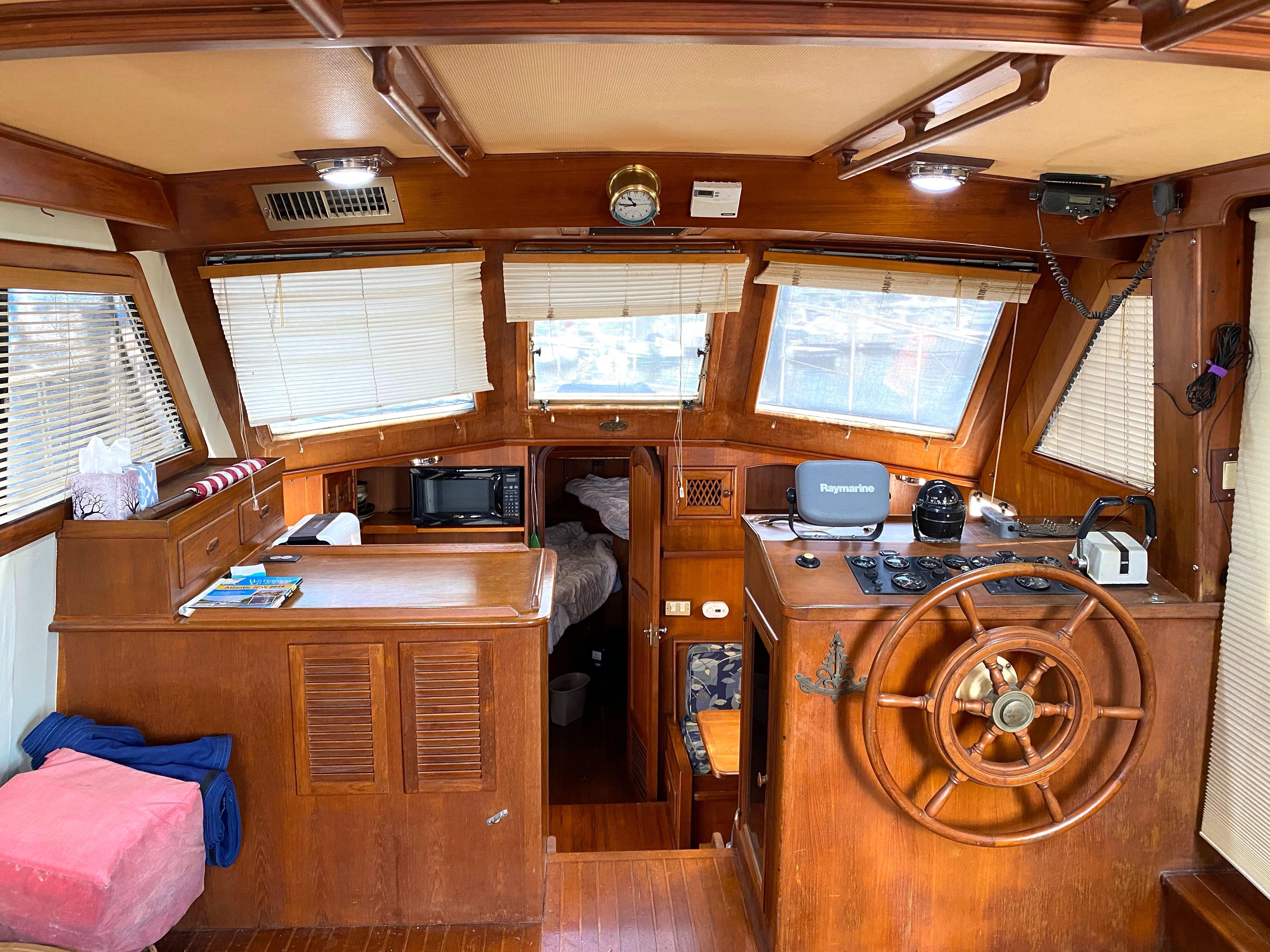 Marine Trader 43 LaBelle Trawler - main salon forward