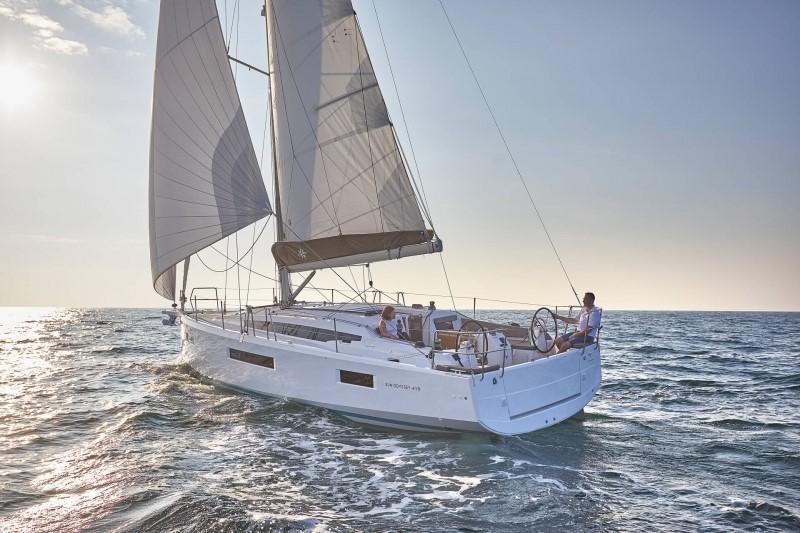 Manufacturer photo-under sail