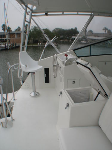 Aft Flybridge w/ Bench and Chillbox