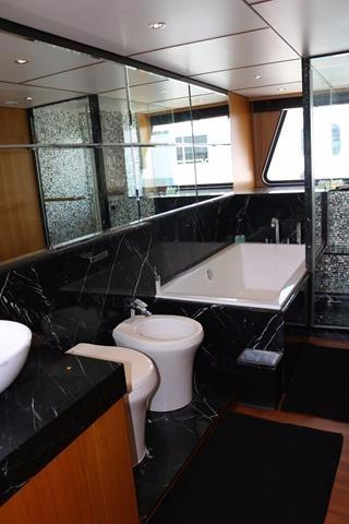 En-suite master bathroom to starboard