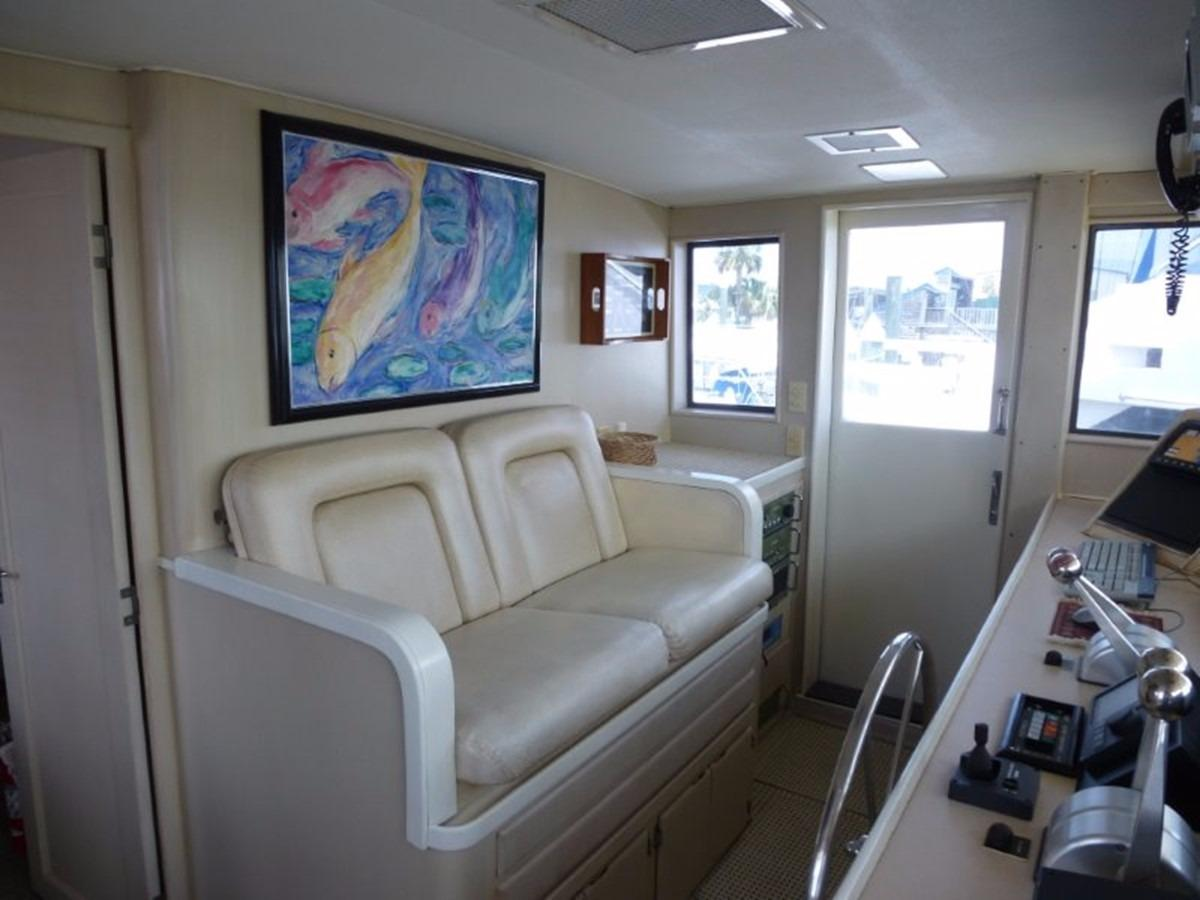 Hatteras 70 Motor Yacht - Pilothouse Seating