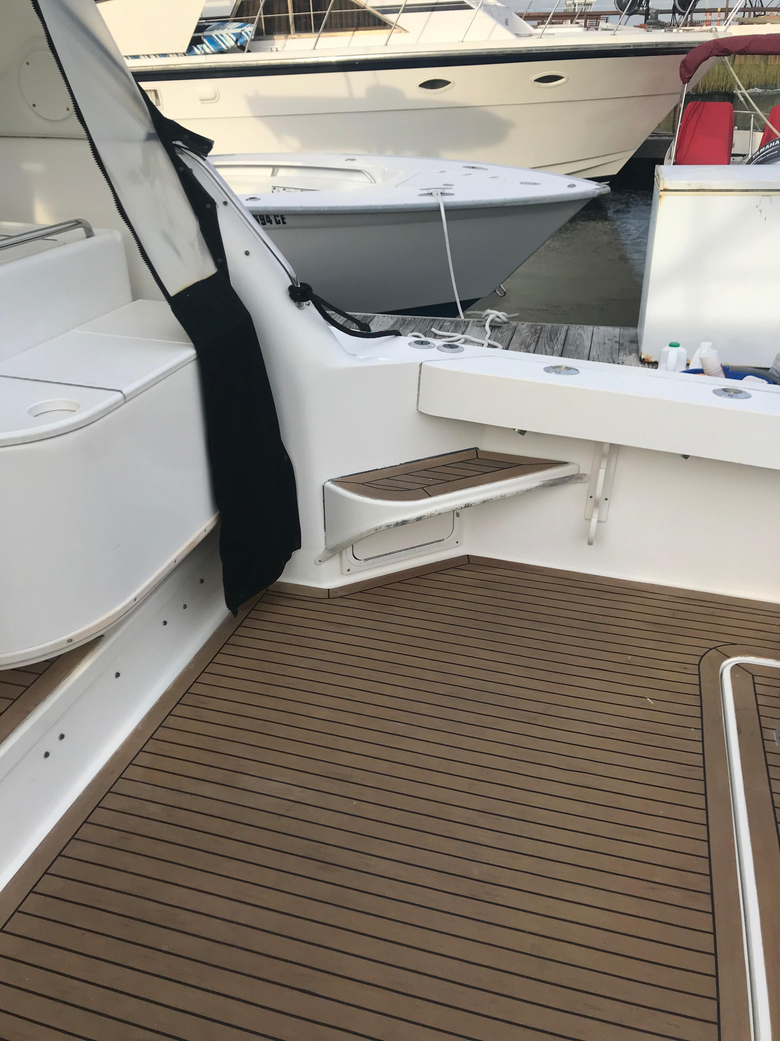 Sea Ray 370 Express Cruiser - Step to gunwale starboard side