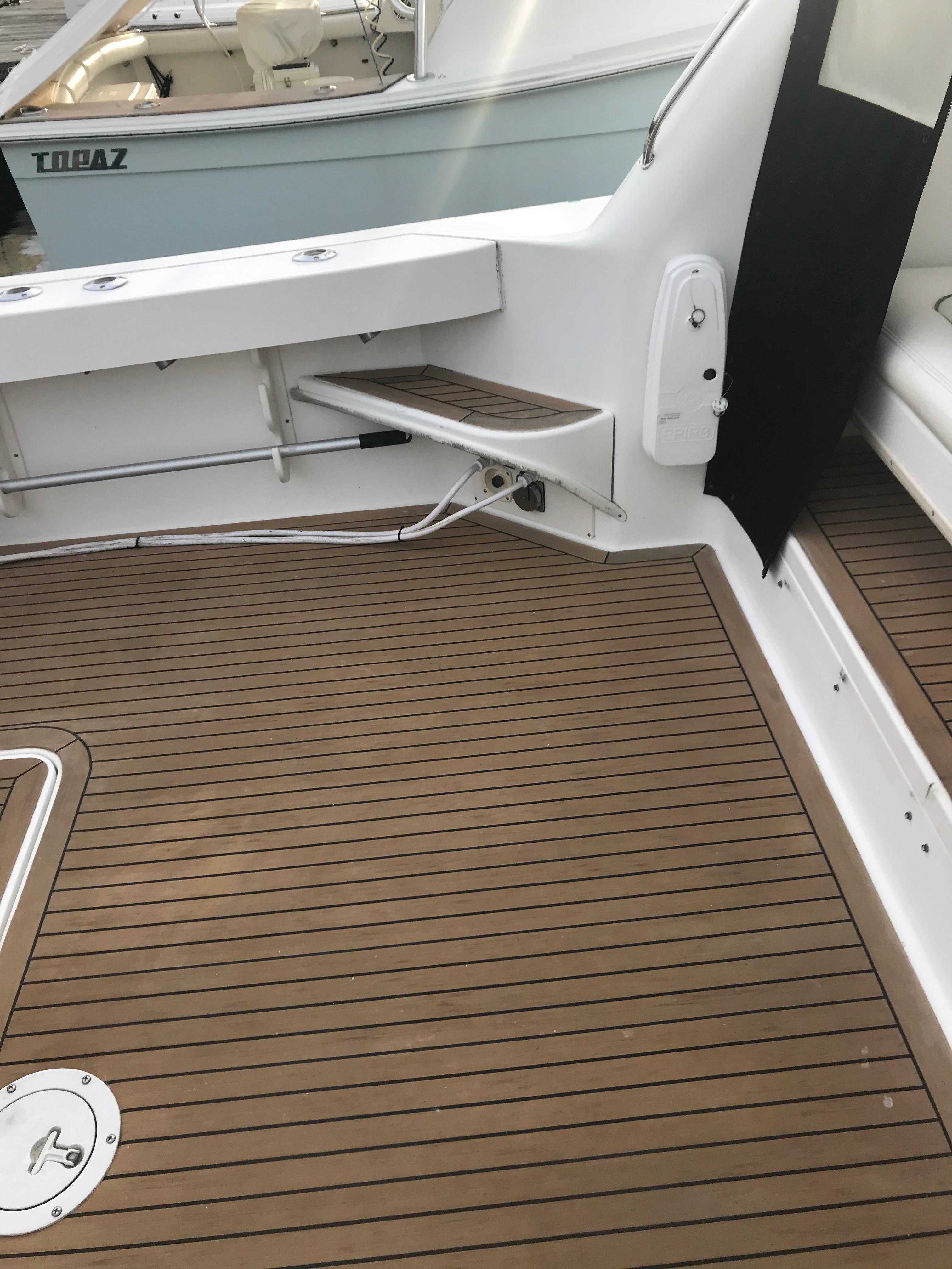 Sea Ray 370 Express Cruiser - Steps to gunwale port side/EPIRB