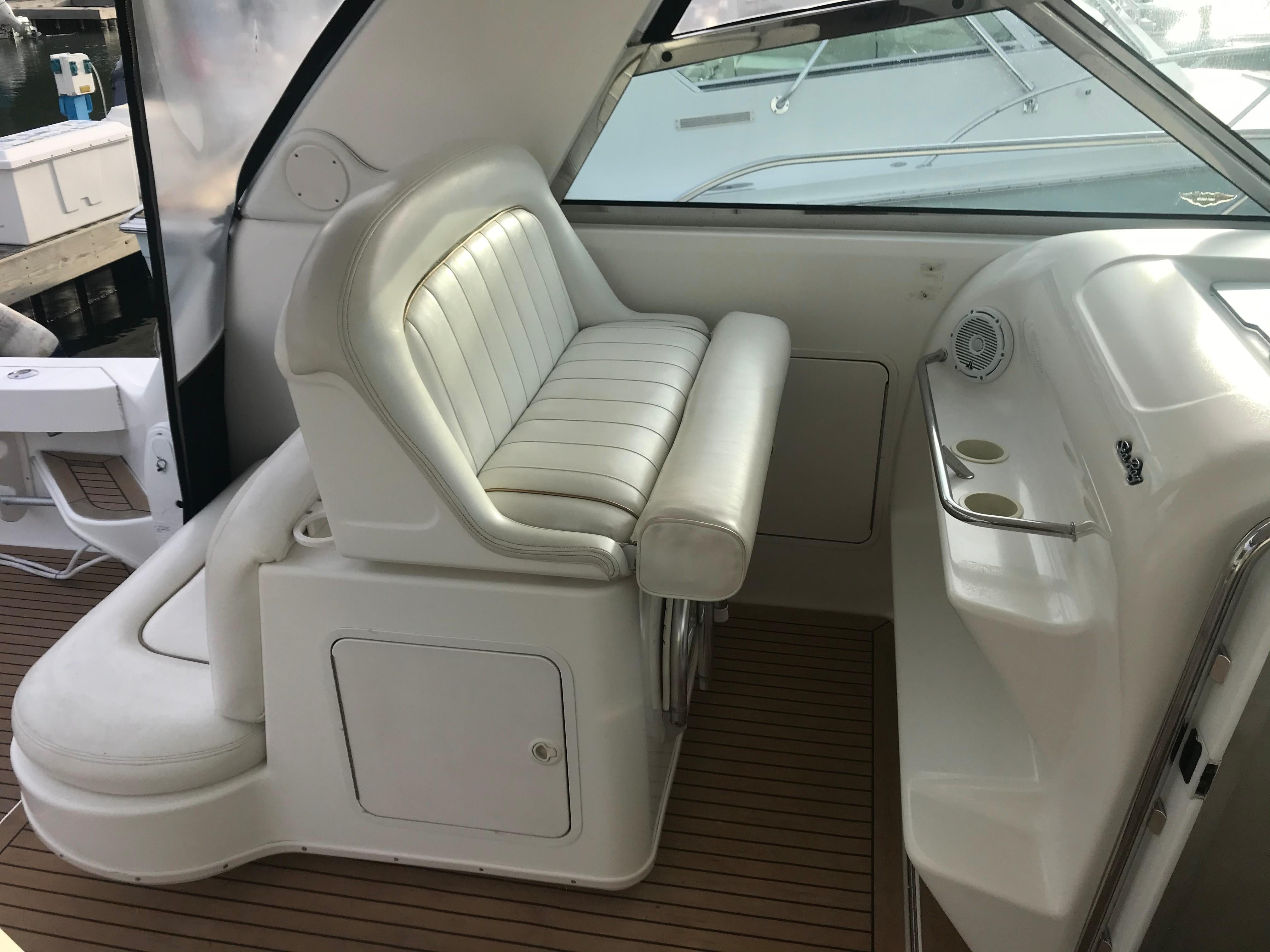 Sea Ray 370 Express Cruiser - Companion seats to port