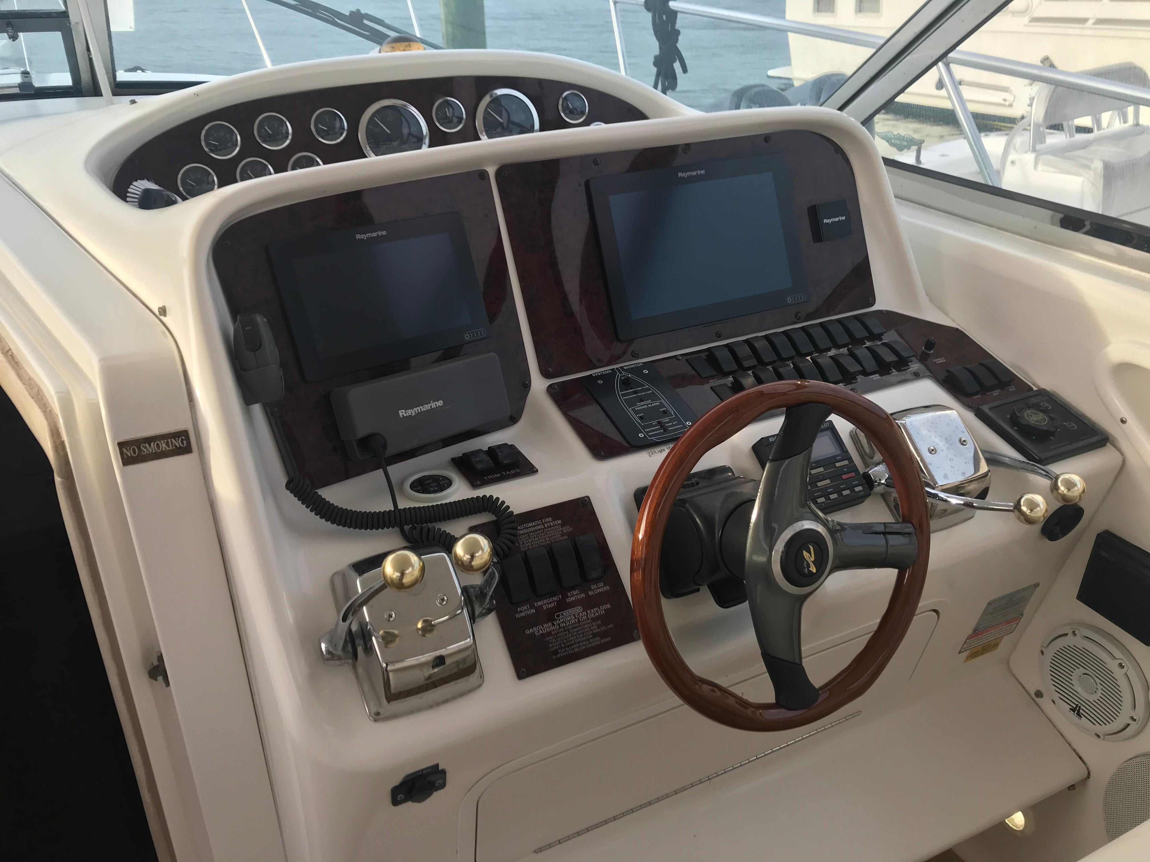 Sea Ray 370 Express Cruiser - Helm station