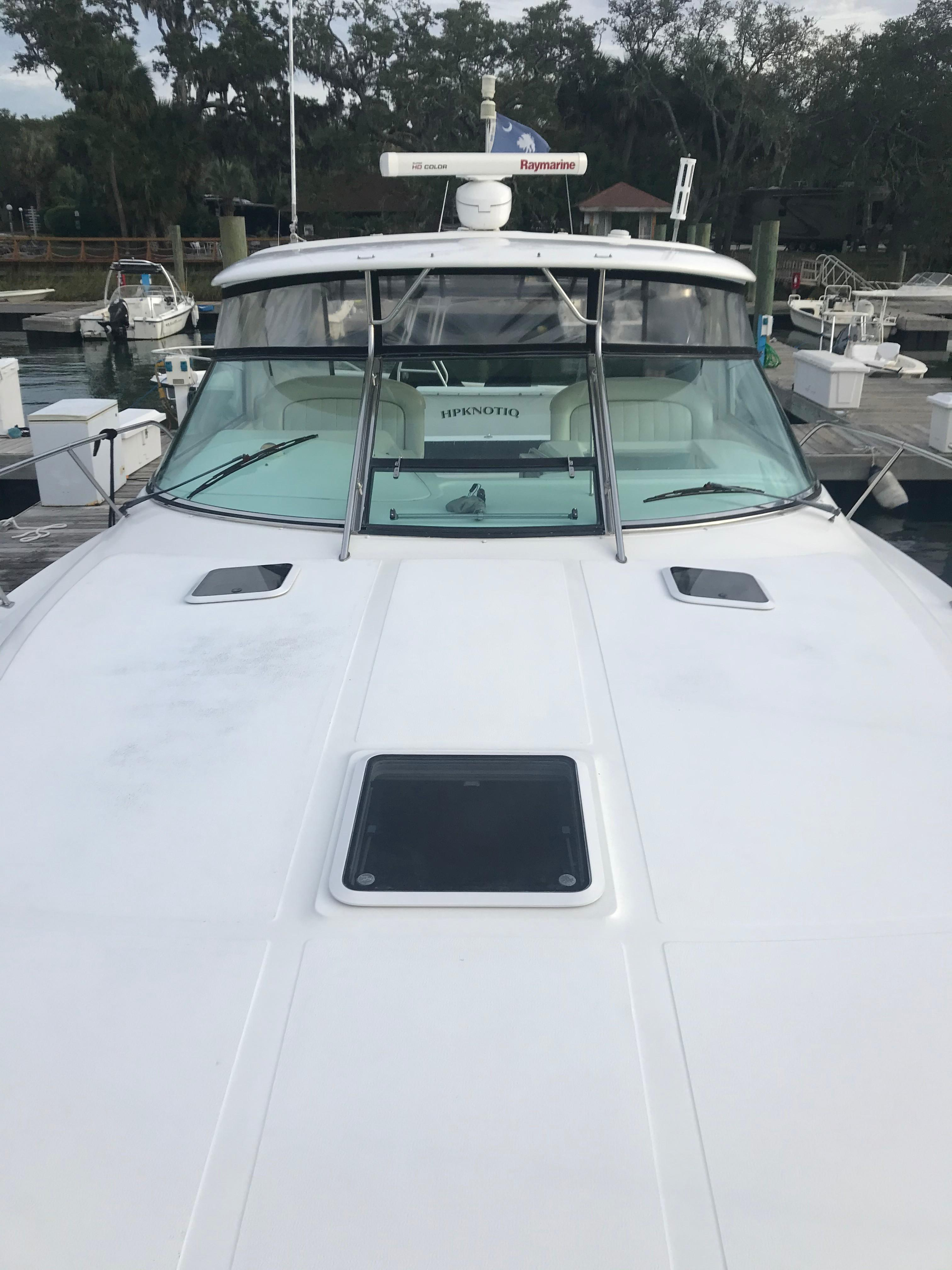 Sea Ray 370 Express Cruiser - Foredeck