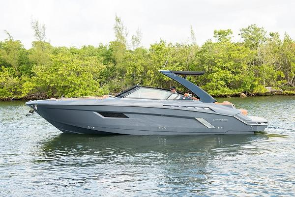 2015 31' Cruisers Yachts 328/338 South Beach Ed.