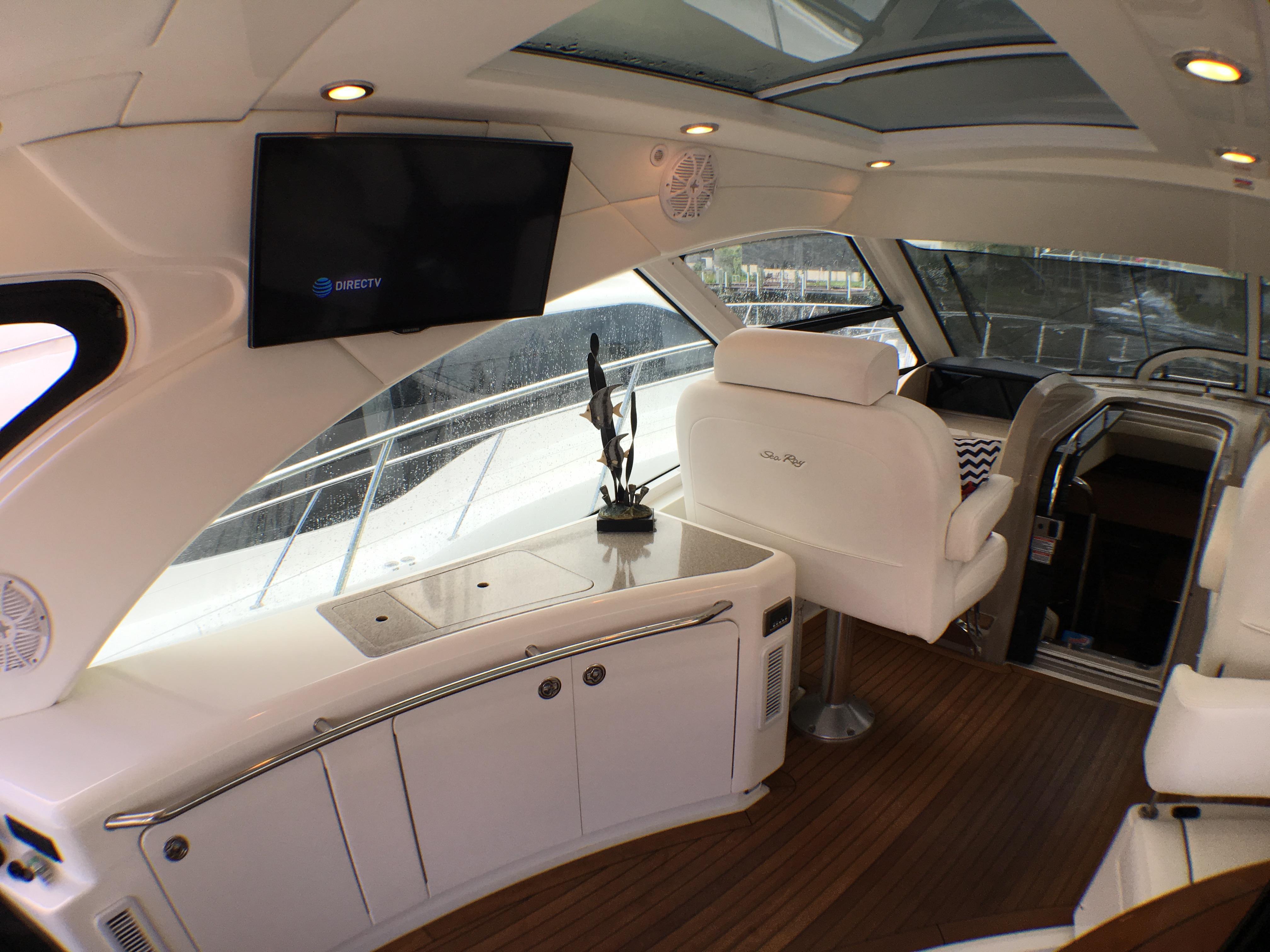 55 ft Sea Ray 55 Sundancer | Executive Yacht Canada