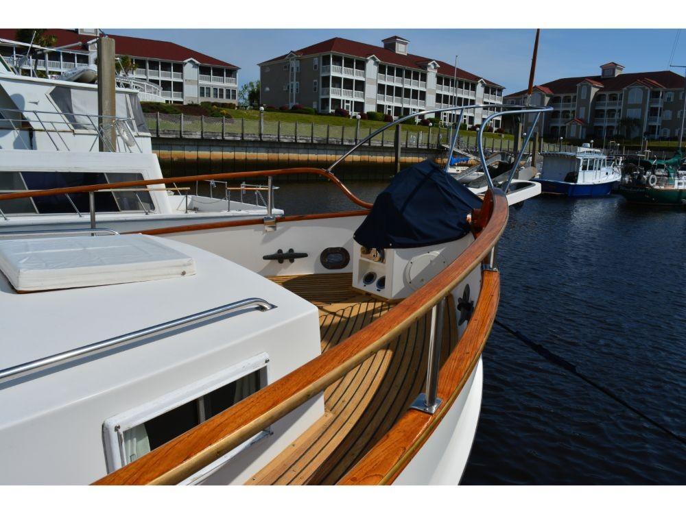 Grand Banks Sedan - Starboard Foredeck