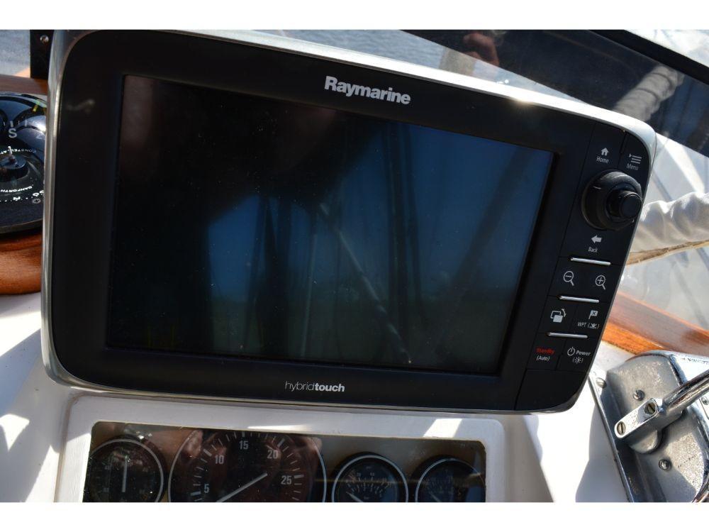 Grand Banks Sedan - Raymarine Hybrid Touch GPS