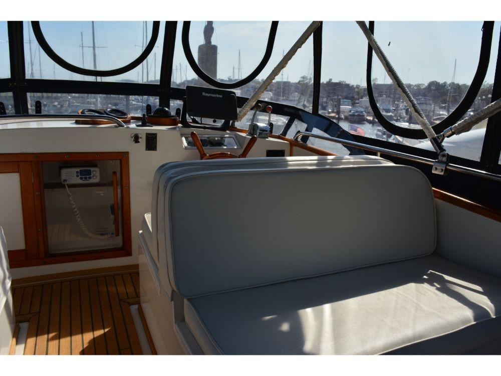 Grand Banks Sedan - Upper Helm Seating