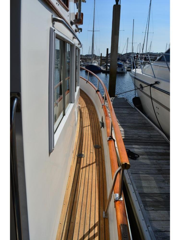 Grand Banks Sedan - Starboard Side Deck
