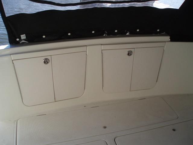 Meridian 411 Sedan - Cockpit storage