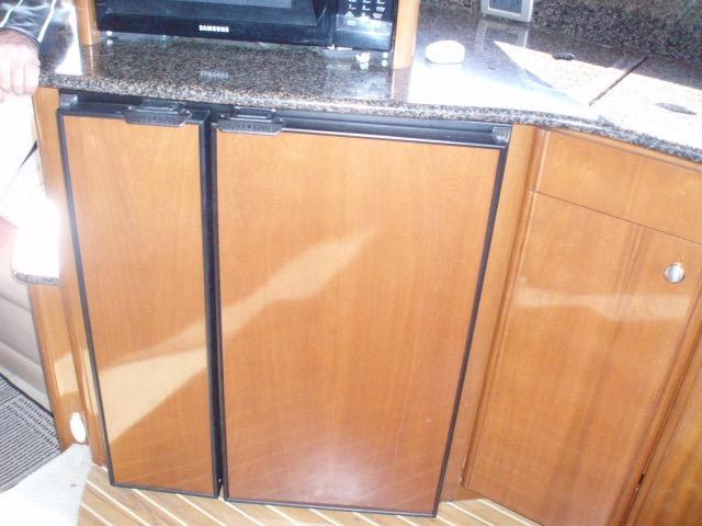 Meridian 411 Sedan - Refrigerator/Freezer