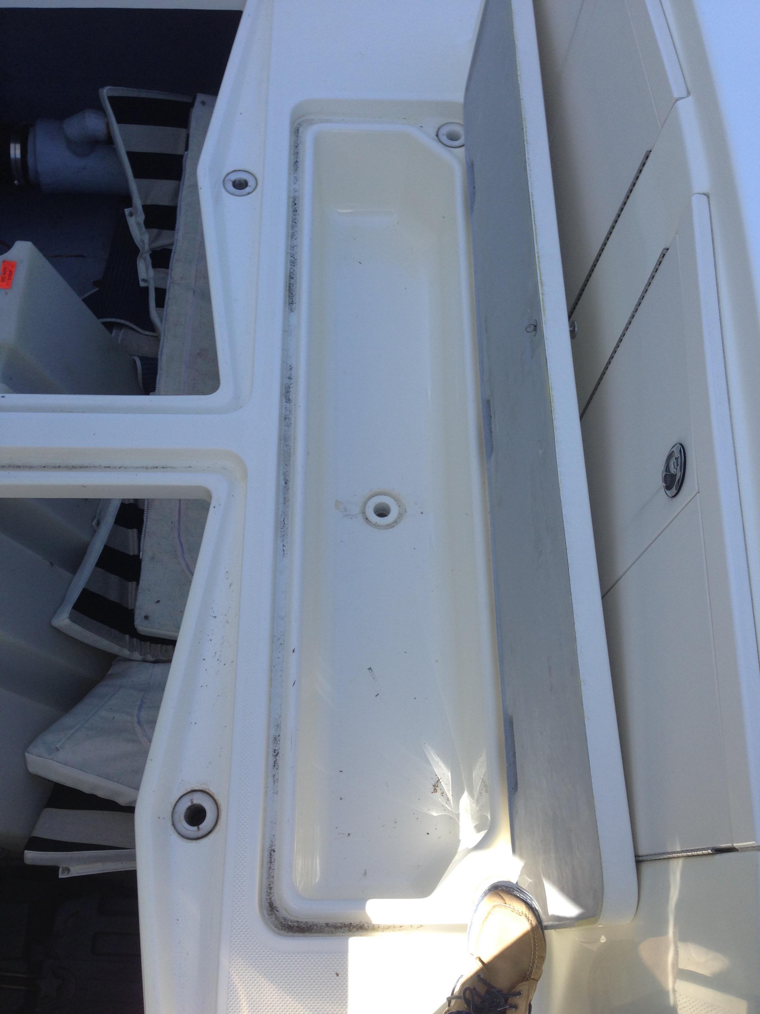 Meridian 411 Sedan - Cockpit storage with drain