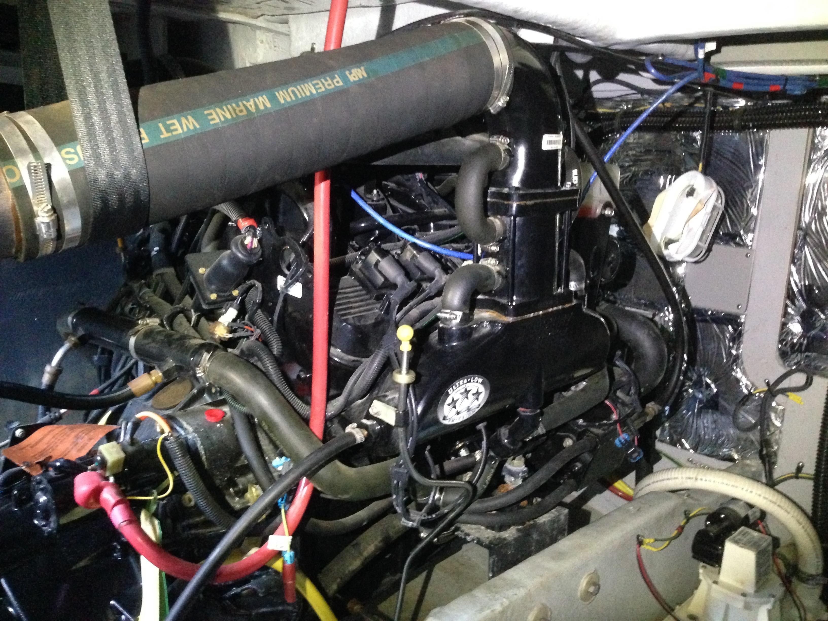 Meridian 411 Sedan - Port Engine