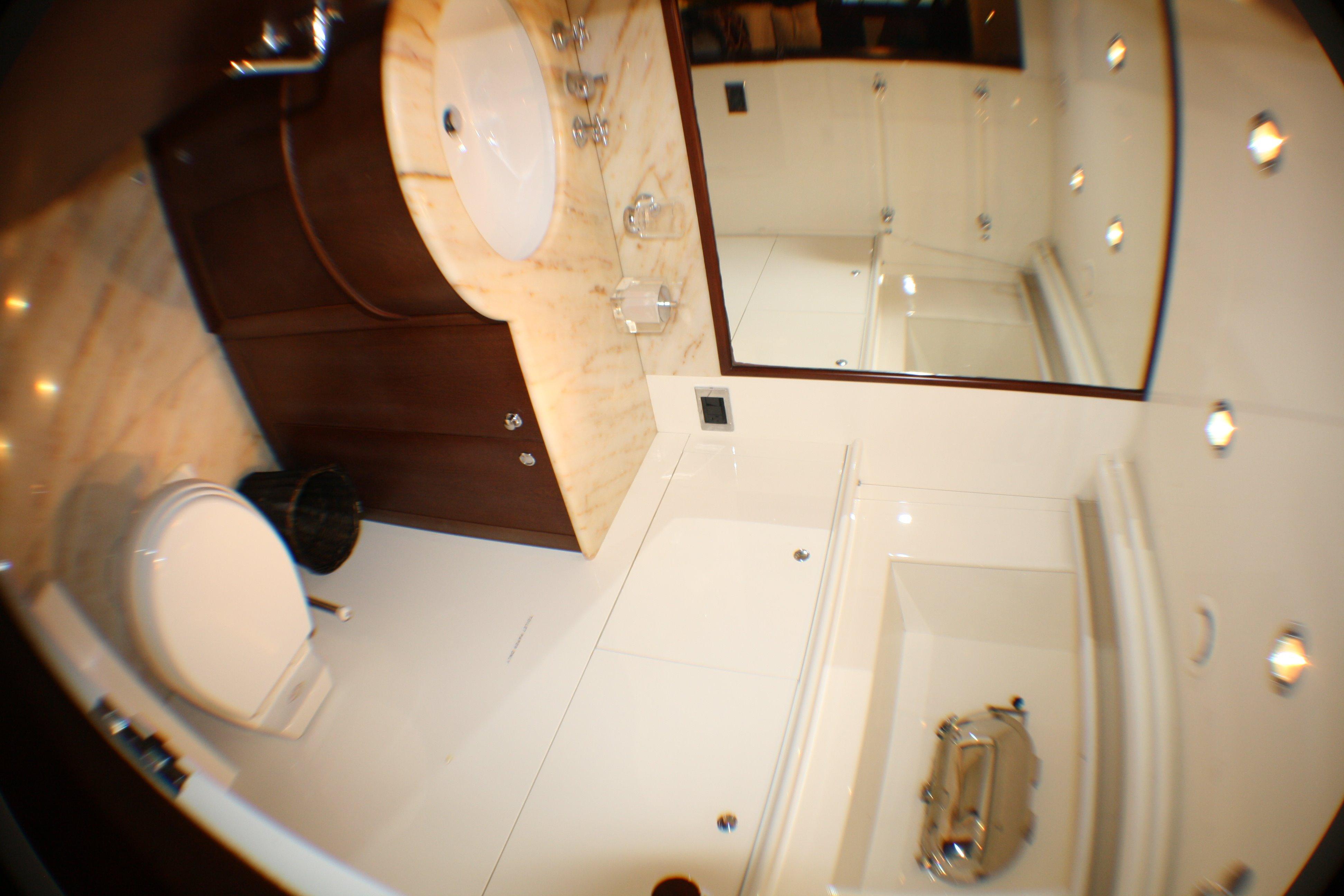 Azimut 100 Jumbo 2004 Port Guest Head