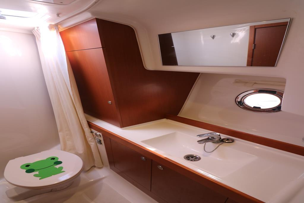 Shower and heads on Starboard