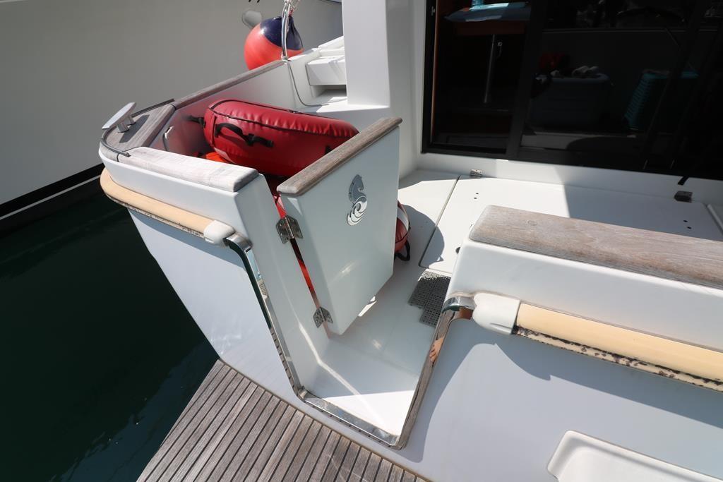 Transom door easy access to swim platform