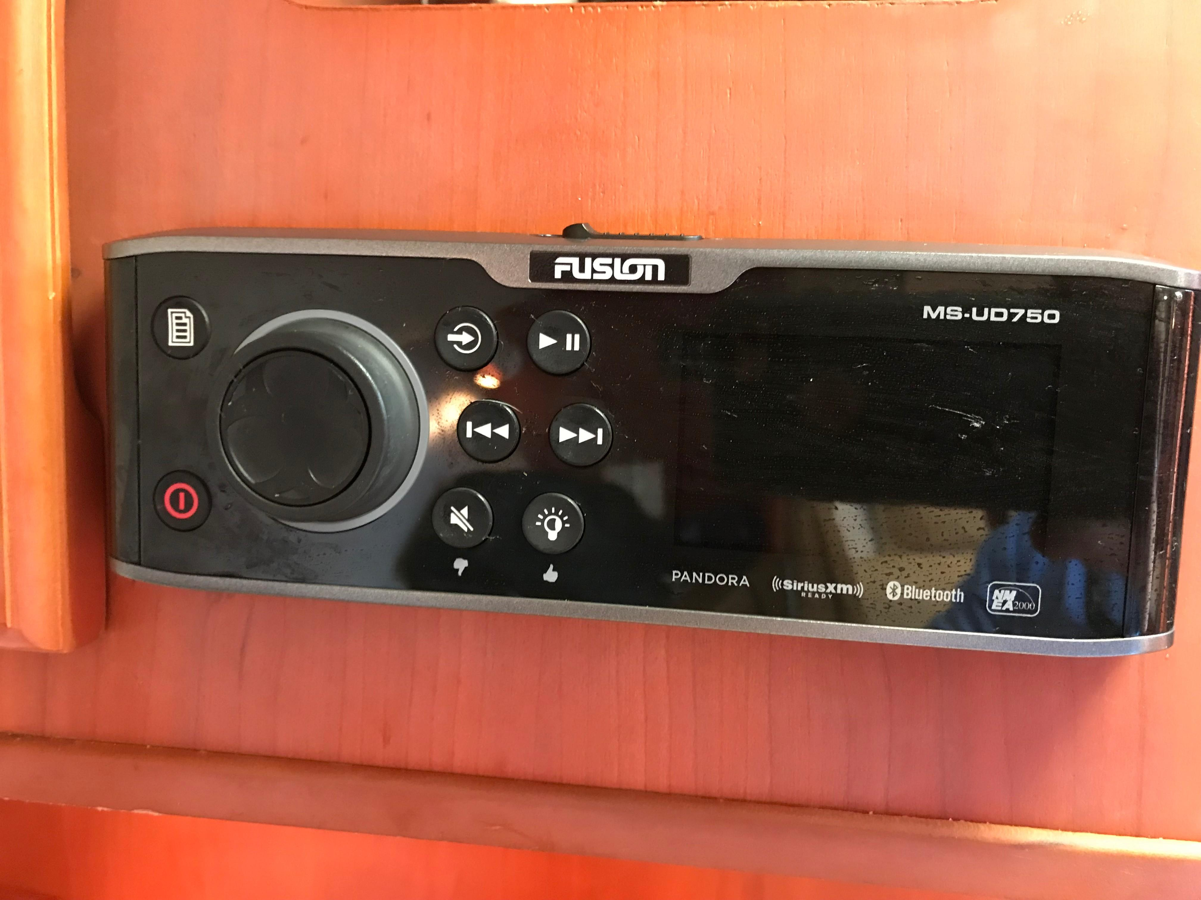 Luhrs 32 Express - Fusion Stereo