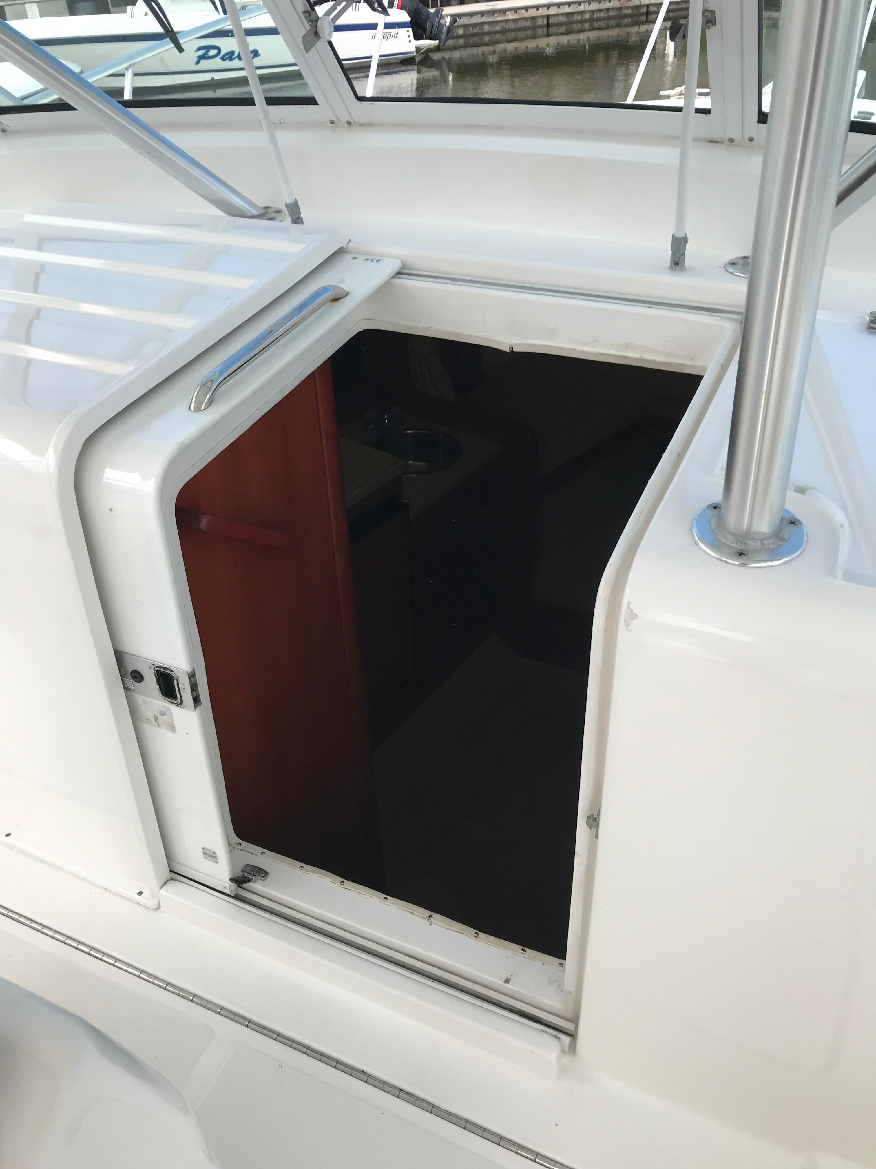 Luhrs 32 Express - Cabin Entry sliding door