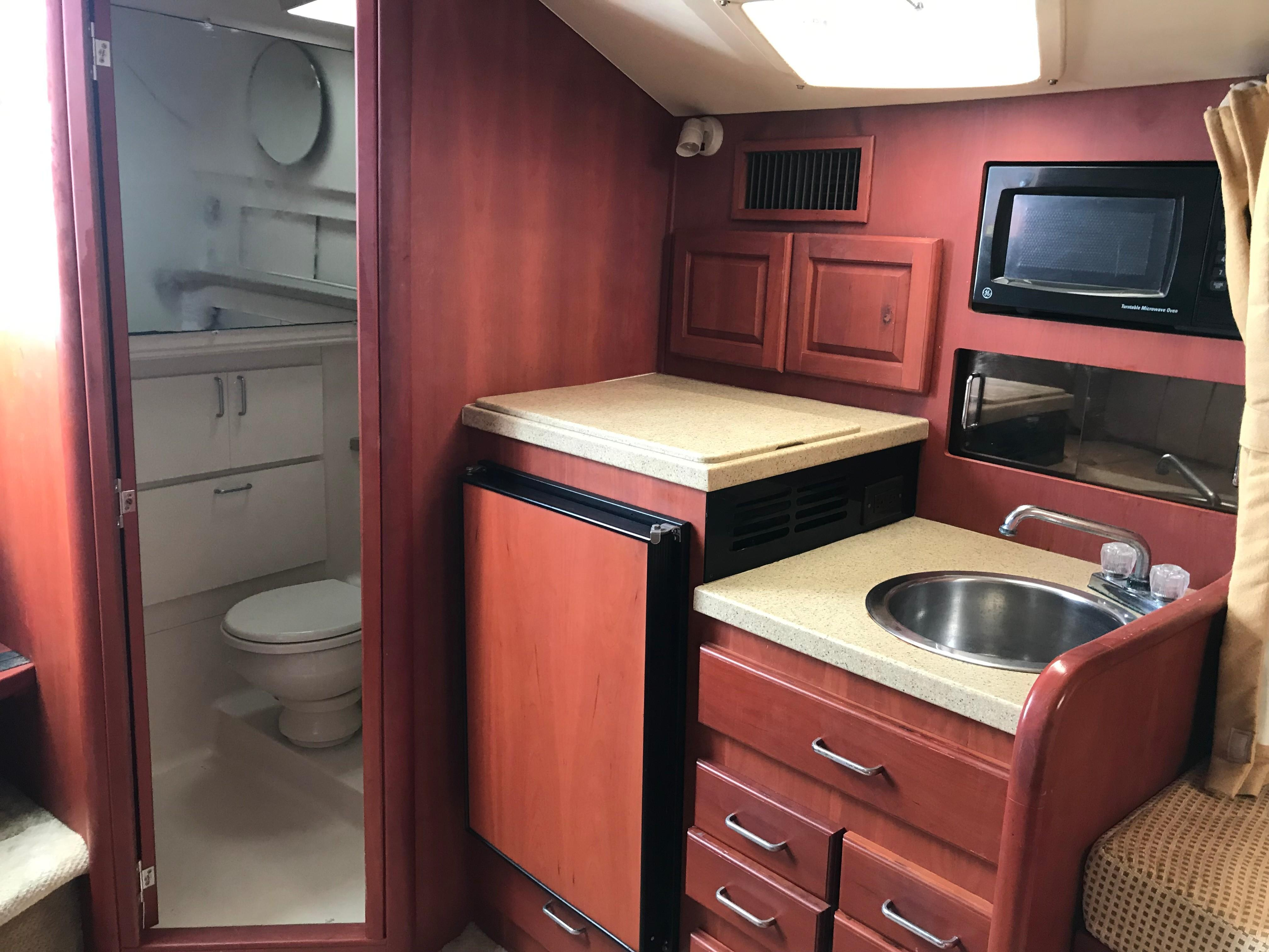 Luhrs 32 Express - Galley/Head/Shower compartment