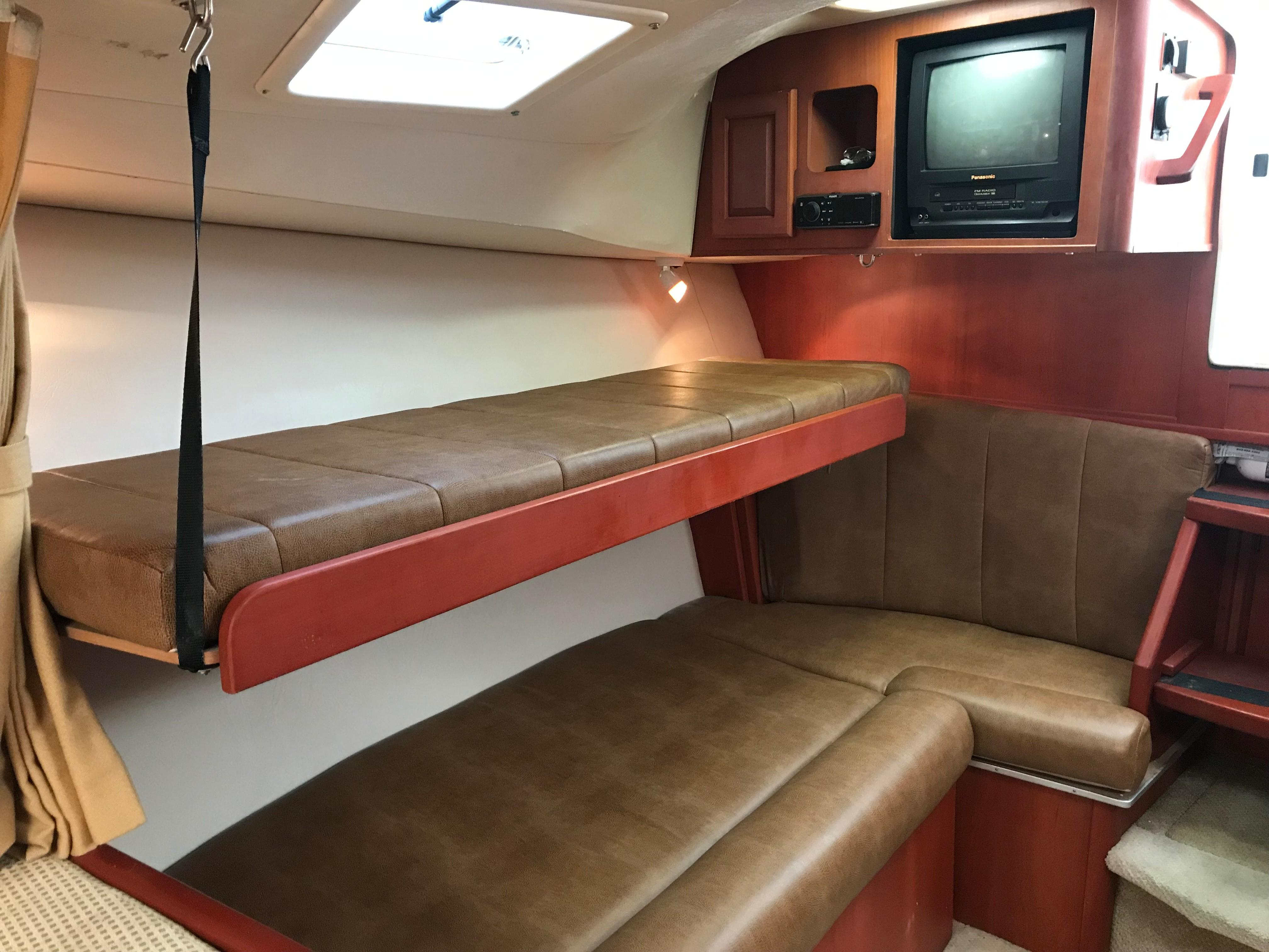 Luhrs 32 Express - Bunk