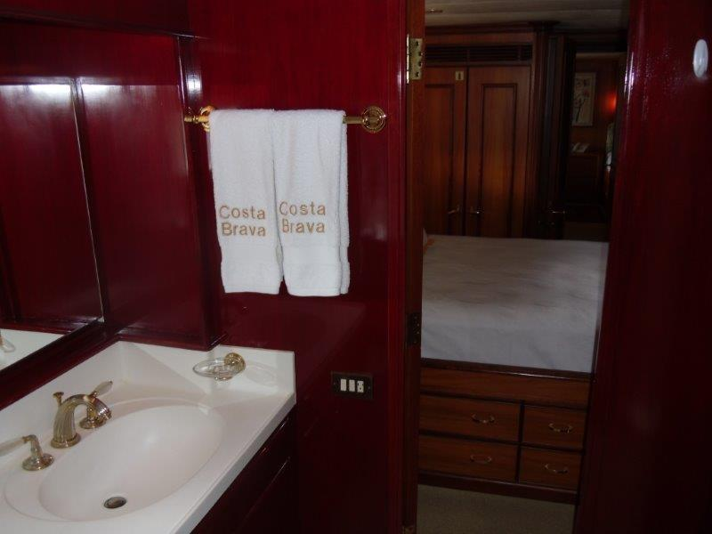STBD GUEST CABIN BATHROOM 1