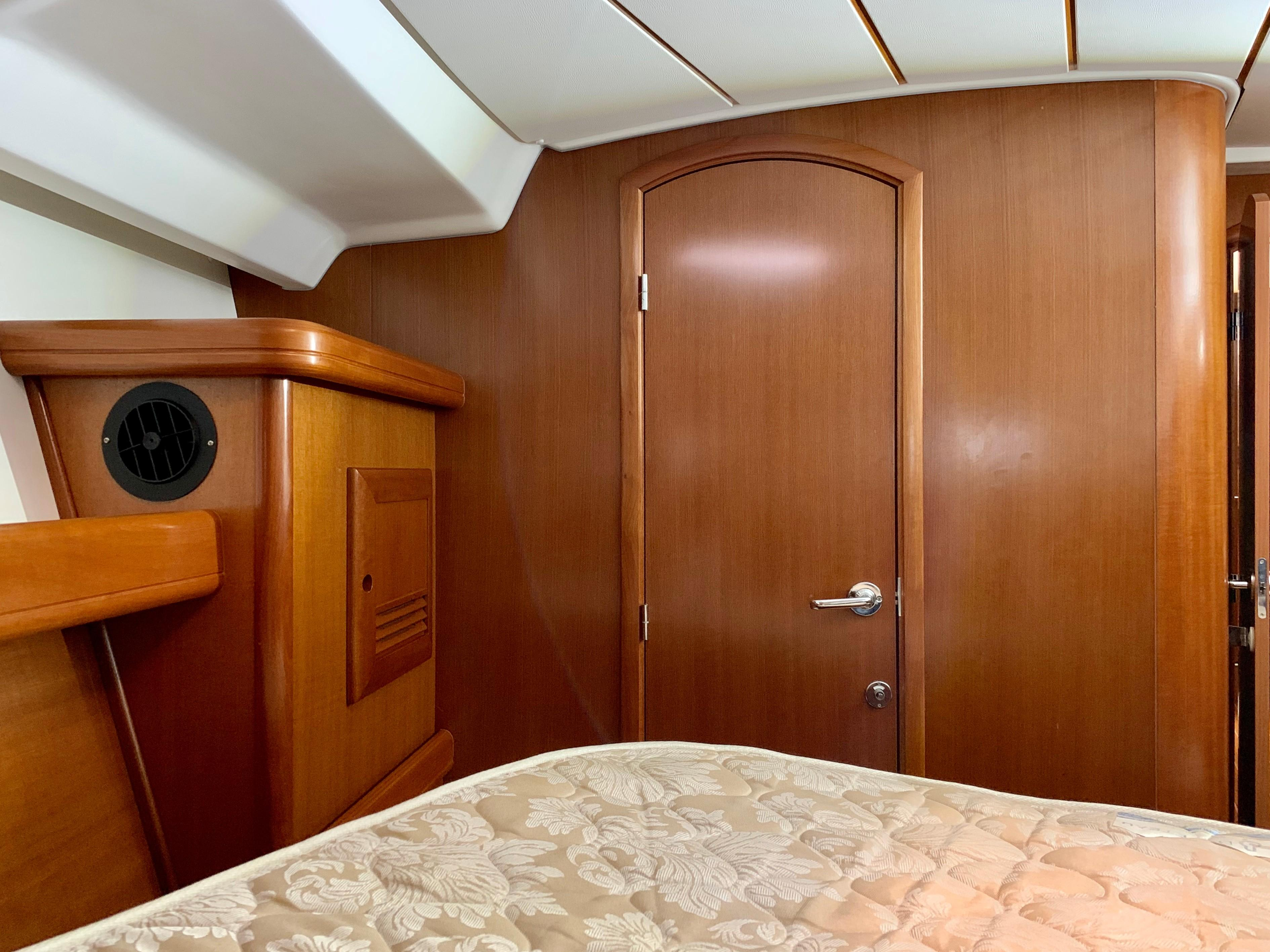 42 ft Beneteau 423 Forward Stateroom Starboard