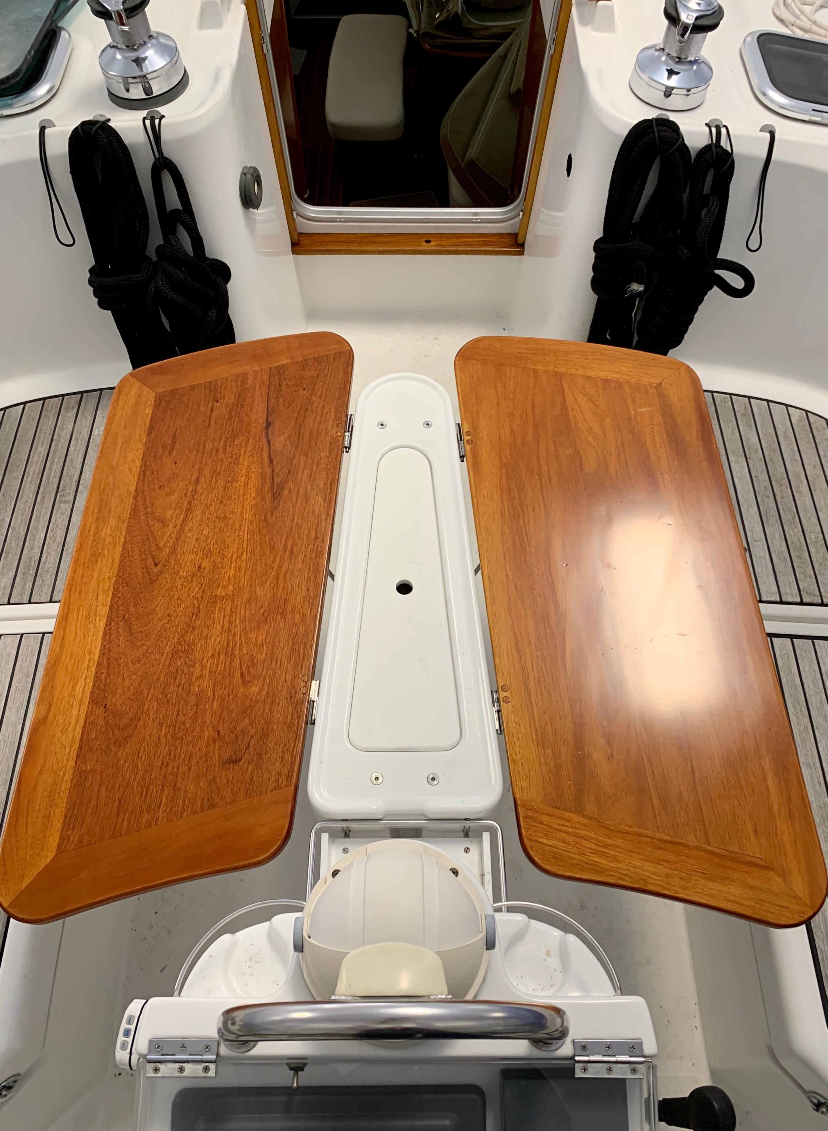 42 ft Beneteau 423 Cockpit Table