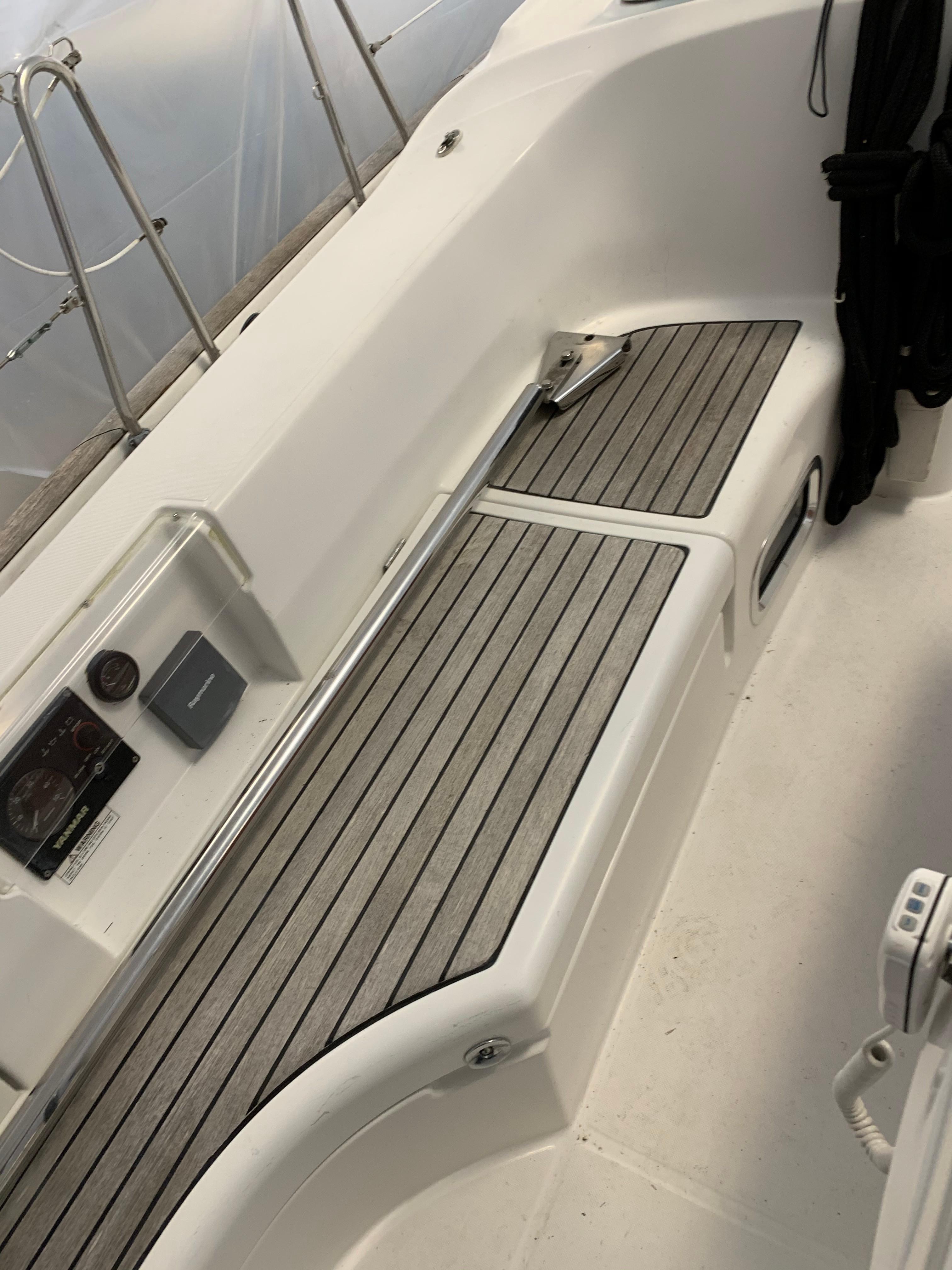 42 ft Beneteau 423 Cockpit Port
