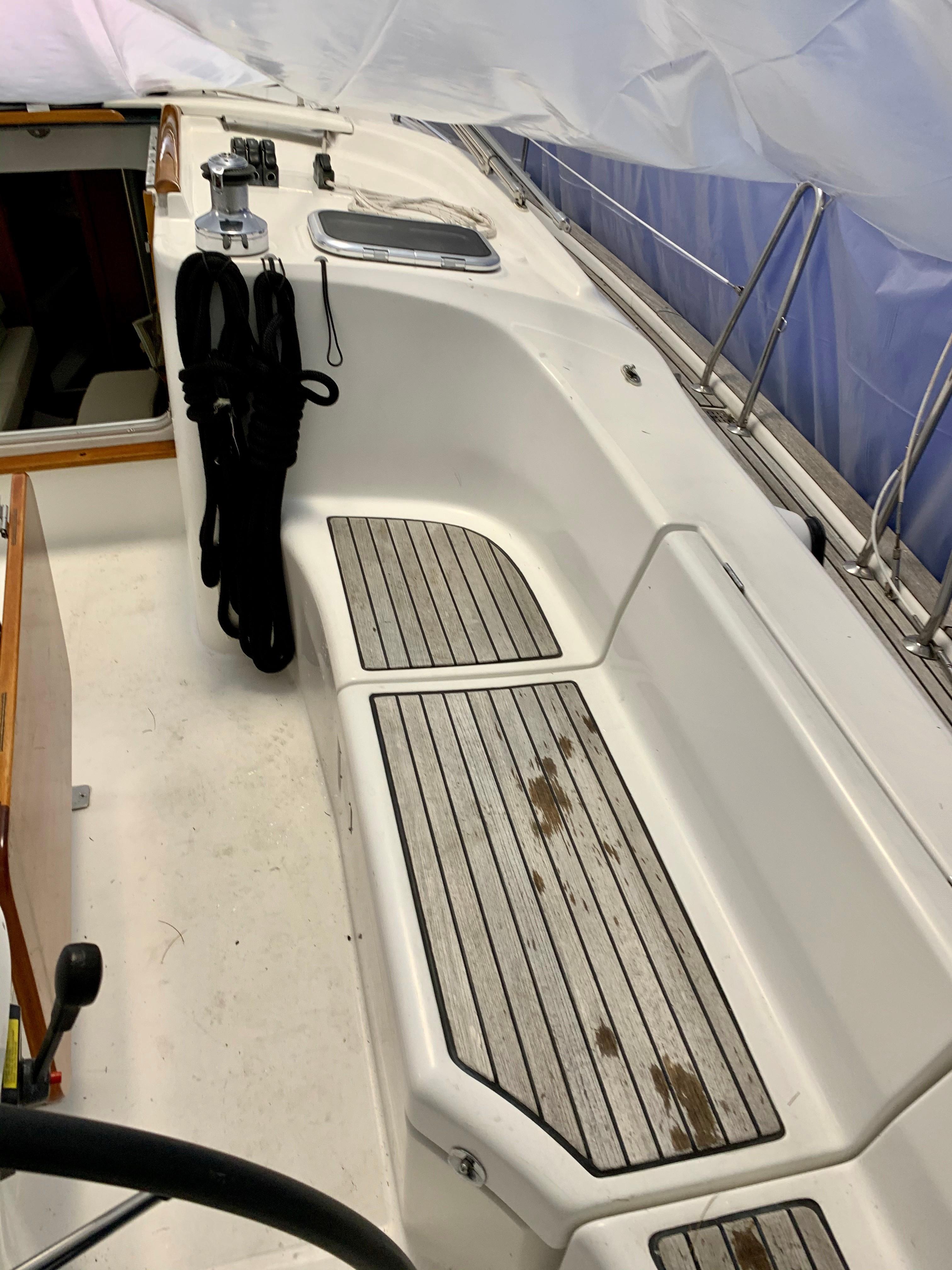 42 ft Beneteau 423 Cockpit Starboard