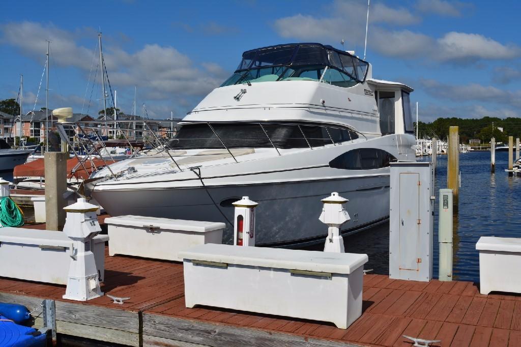 Carver 466 Motor Yacht - Port Bow
