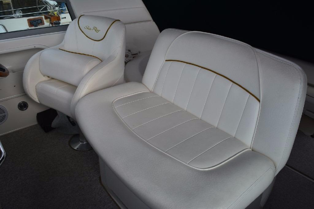 Sea Ray 310 Sundancer - Helm Seating