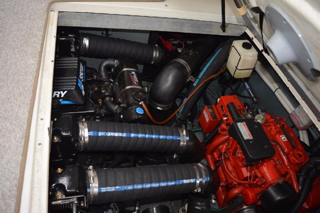 Sea Ray 310 Sundancer - Engine Bay 1