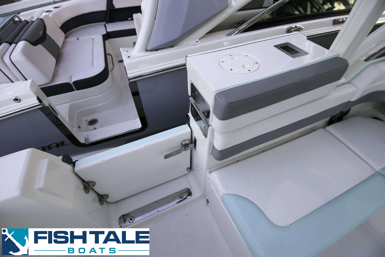Robalo R317 Dual Console 2020 18