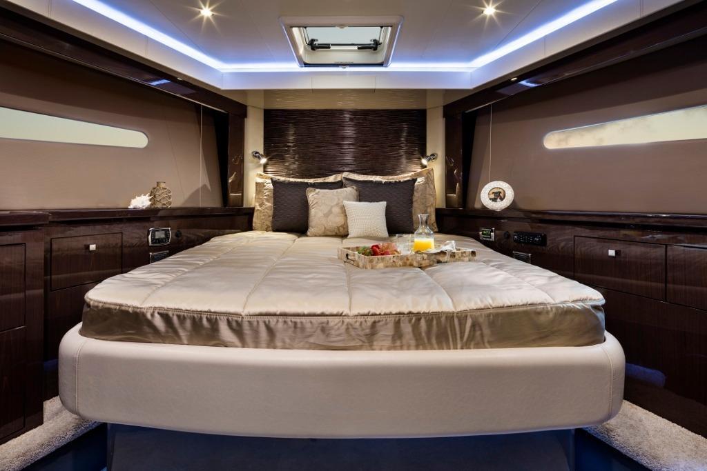 Carver C52 VIP Stateroom