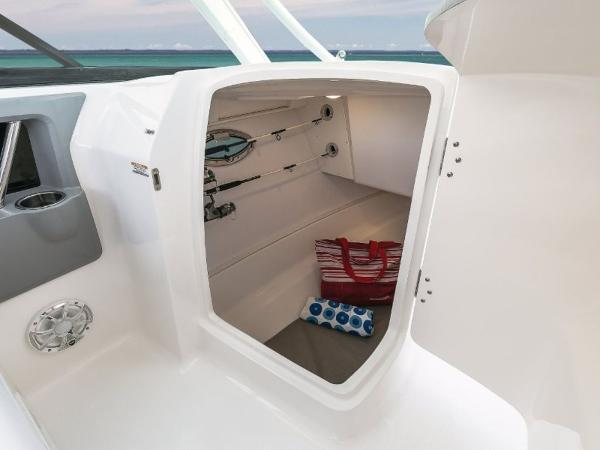 2020 Robalo boat for sale, model of the boat is R317 & Image # 24 of 39