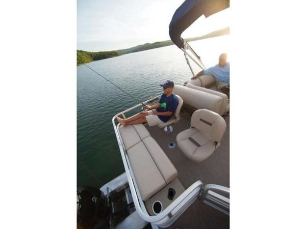 2020 Sun Tracker boat for sale, model of the boat is FISHIN' BARGE® 22 DLX & Image # 23 of 65