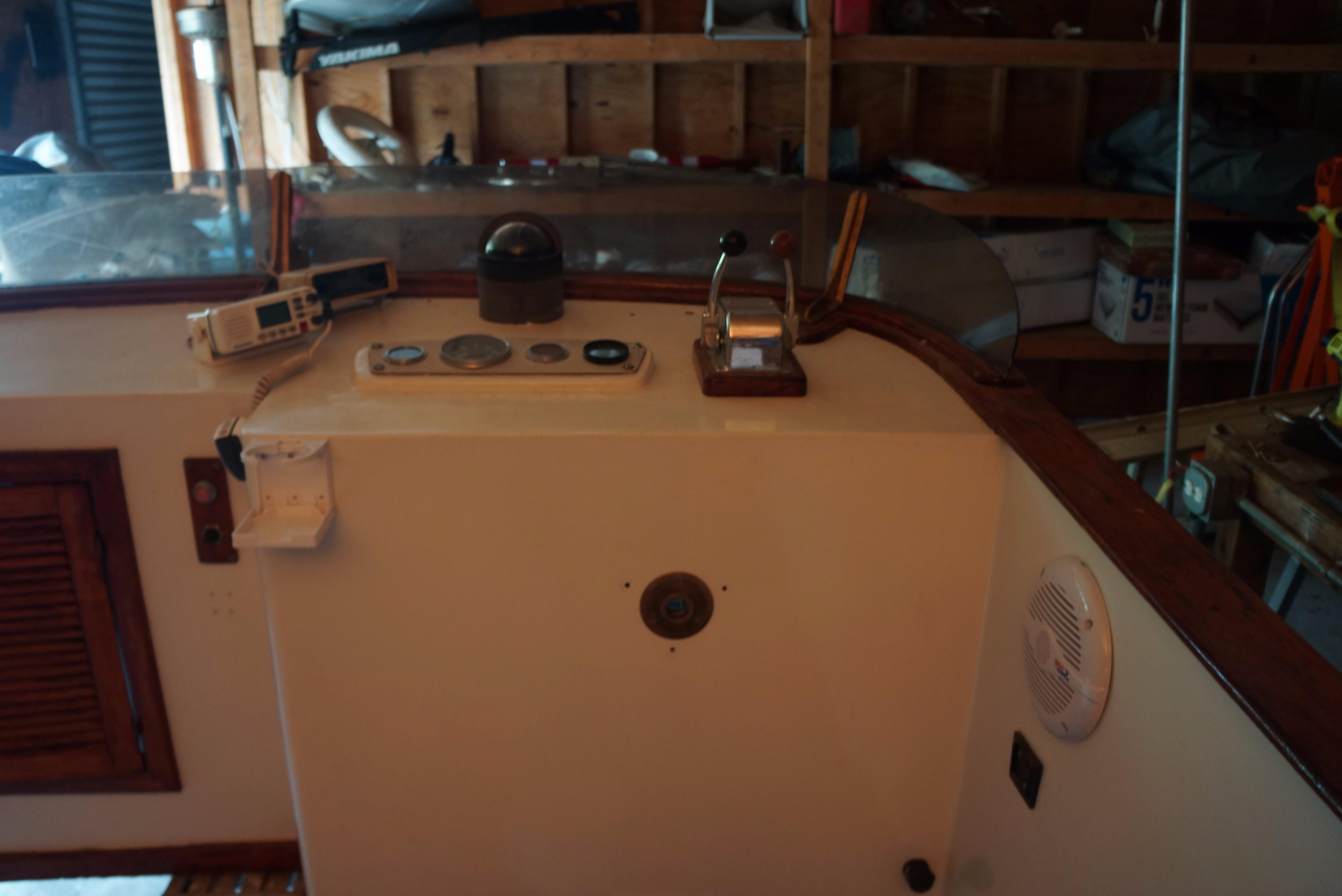Marine Trader 34 Double Cabin - 34 Marine Trader controls for flybridge