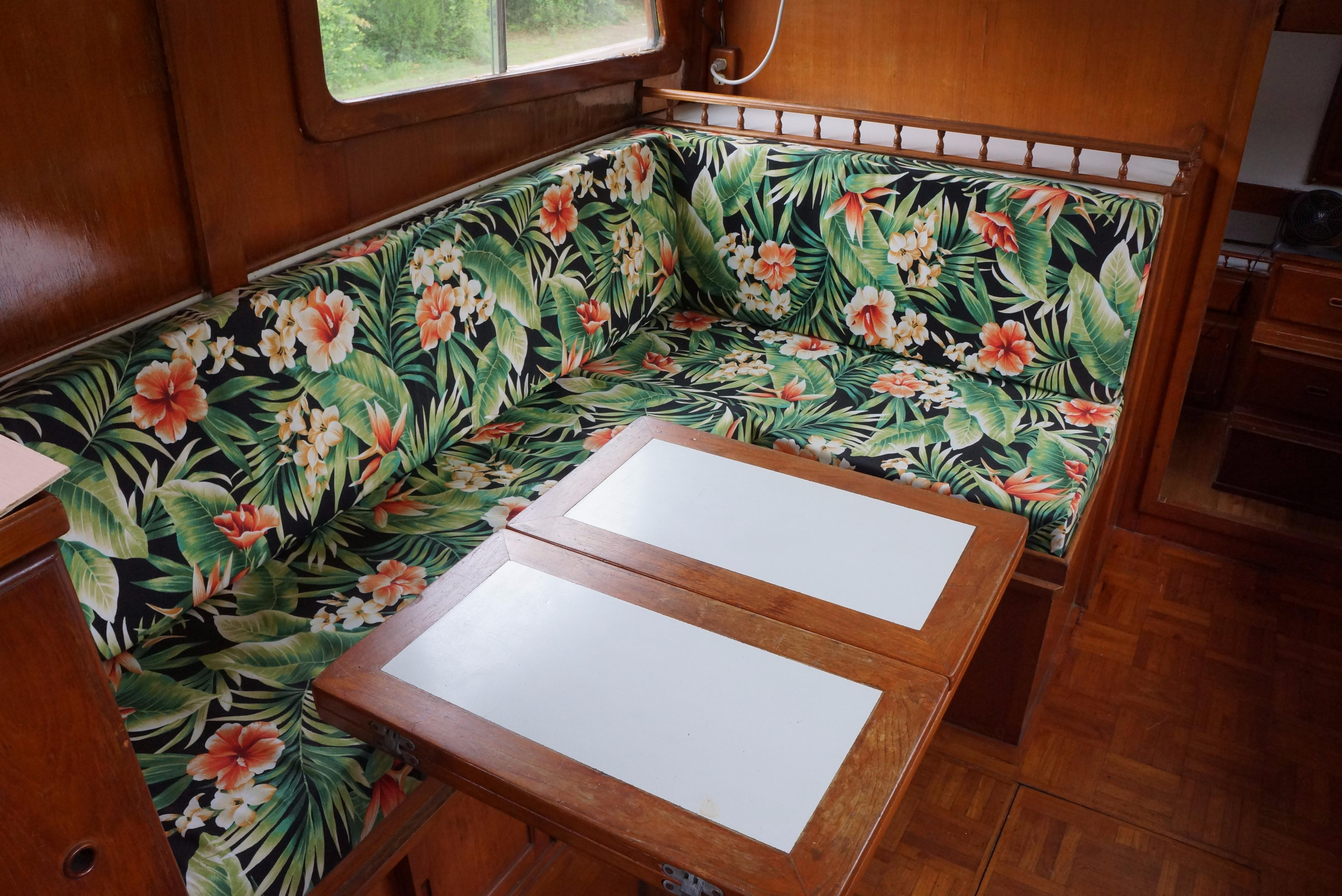 Marine Trader 34 Double Cabin - 34 Marine Trader Salon seating