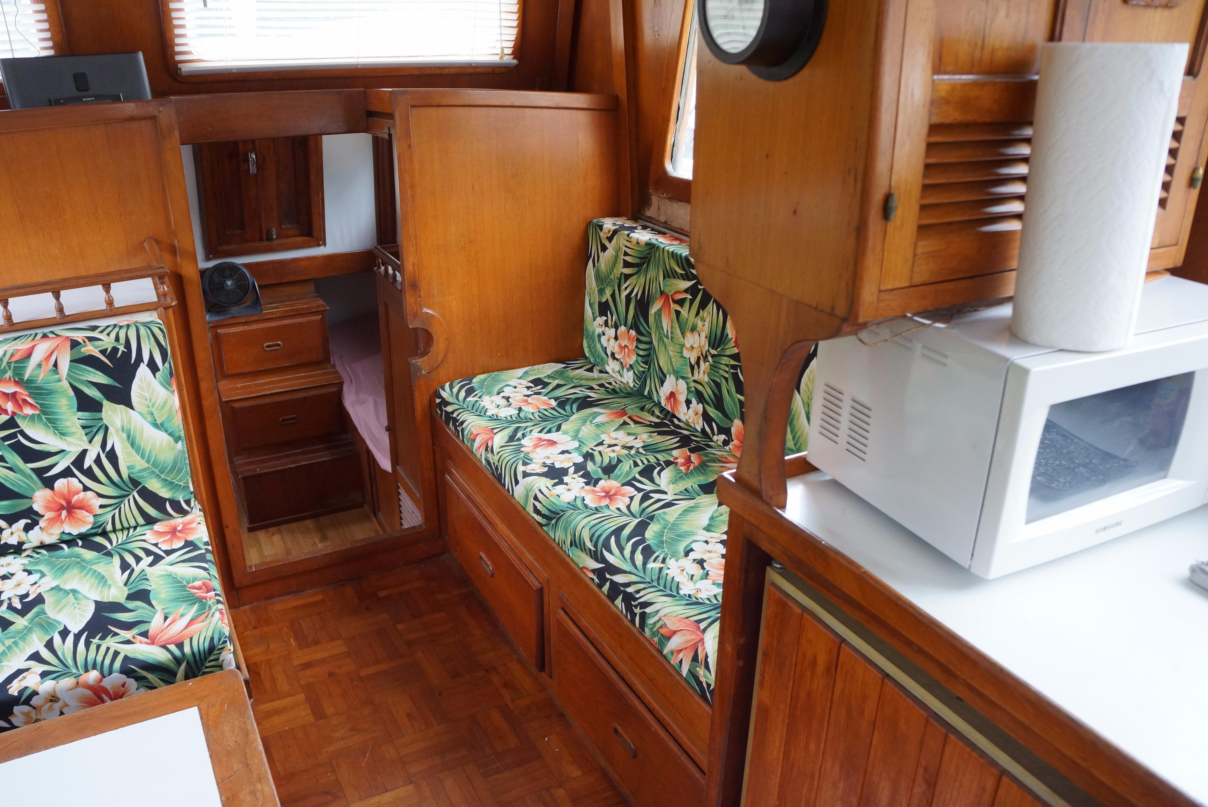Marine Trader 34 Double Cabin - 34 Marine Trader Salon Seating 2